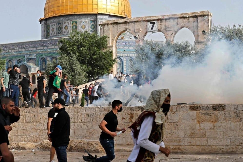 الاحتلال يقتحم المصلى القبلي ومصلى باب الرحمة وقبة الصخرة وتخرج المصلين منها