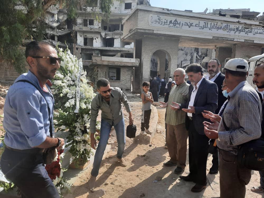 باسم الرئيس: أكاليل من الزهور على أضرحة الشهداء في مخيم اليرموك